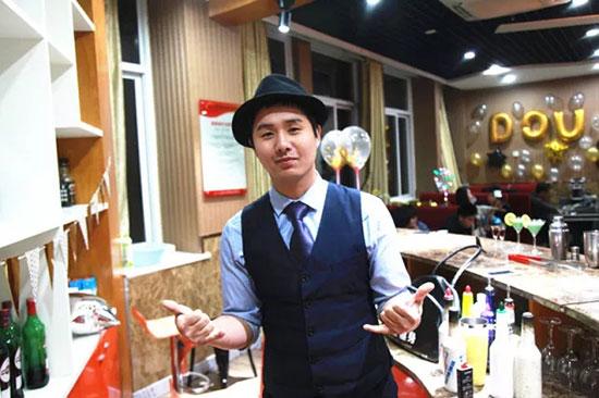 调酒老师胡平为大家带来超炫酷的花式调酒